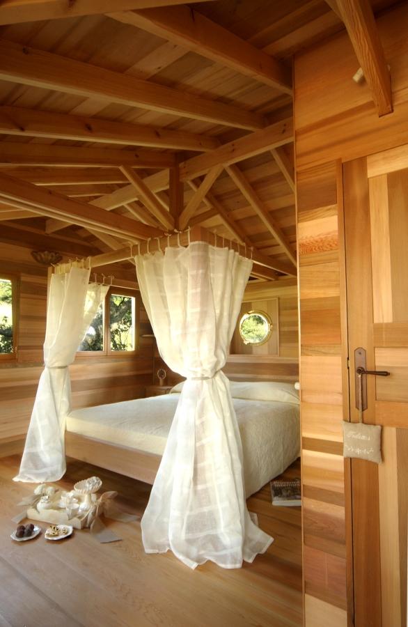 dormire in una casa sull'albero camera da letto